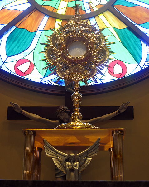 monstrance_holding_Christ_in_the_Eucharist_during_adoration